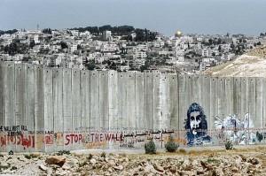 Palestine Grafities Le mur est le support idéal d'un graffiti. Celui que construit Israël depuis 2002, dans le but d'isoler les Territoires palestiniens occupés de Cisjordanie, n'échappe pas à la régle. Des graffeurs étrangers et des jeunes artistes palestiniens, viennent défier pacifiquement l'armée israélienne en y peignant leurs revendications.
